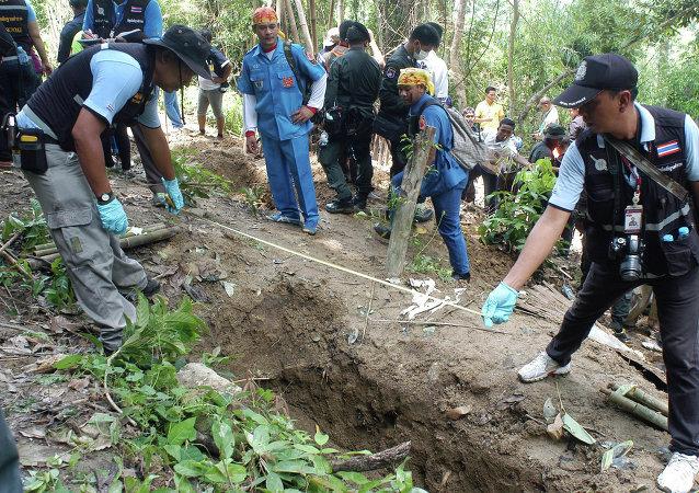 Policías cerca de una de las fosas descubiertas en Tailandia