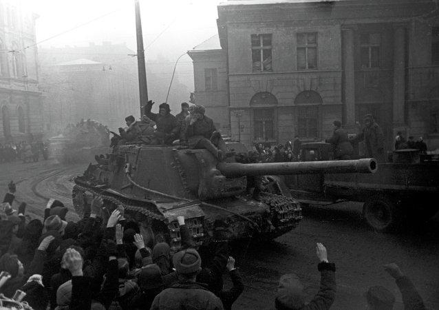 Tanque soviético en las calles de Polonia