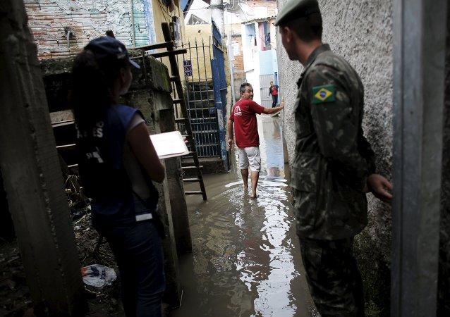 Las Fuerzas Armadas de Brasil determinaron la semana pasada el despliegue de 800 soldados para ayudar en las labores de control y prevención del dengue en la ciudad de Sao Paulo
