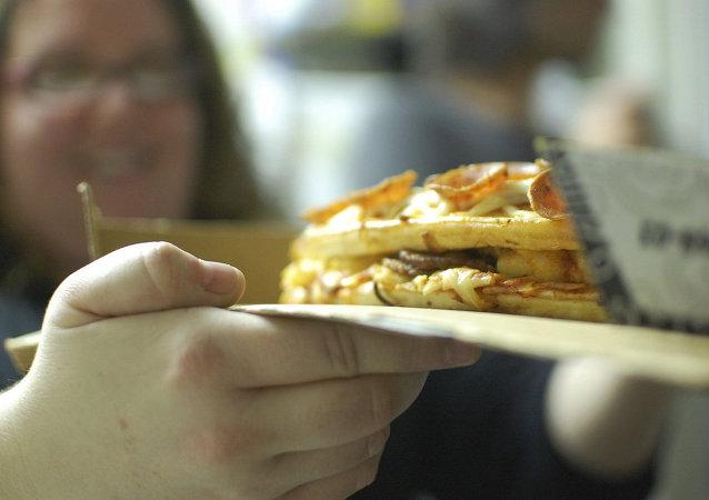 Una mujer con un pedazo de pizza