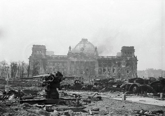 Armas antiaéreas en las ruinas del Reichstag