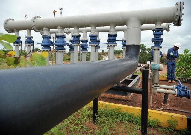 Ingeniero de la petrolera canadiense Pacific Rubiales se destaca cerca de las tuberías