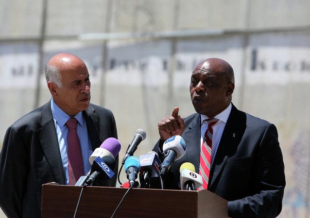 Presidente de la Asociación de Fútbol de Palestina, Jibril Rajub y Mosima Gabriel Tokyo Sexwale