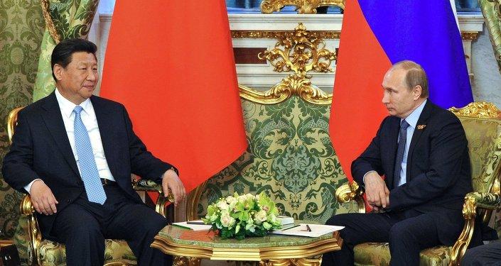 Presidente de China, Xi Jinping (izda.) y presidente de Rusia, Vladímir Putin