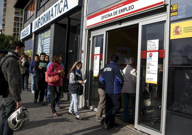 Desempleados entran en la oficina de empleo en Madrid