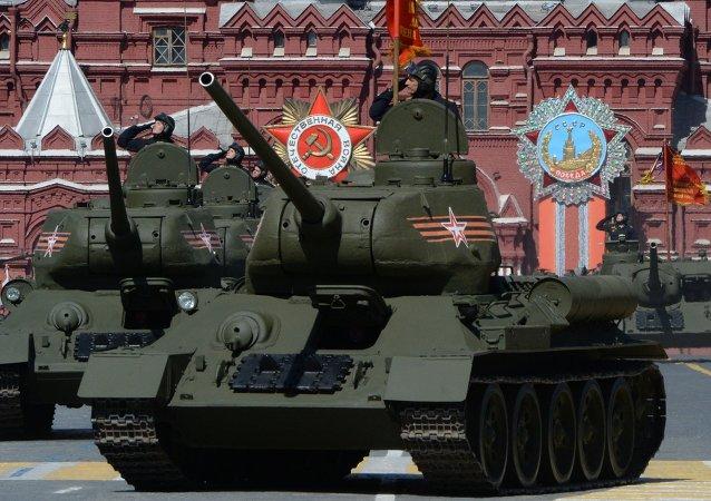 Tanques T-34-85 de los tiempos de la II Guerra Mundial durante el Desfile de la Victoria en la Plaza Roja