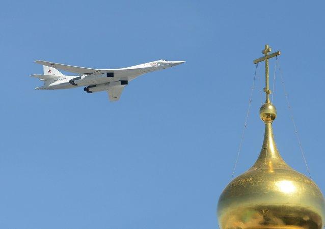 Bombardero estratégico portamisiles Tu-160 durante el Desfile de la Victoria en la Plaza Roja