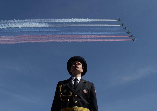 Aviones de combate Su-25 sobrevuelan la Plaza Roja durante del Desfile de la Victoria