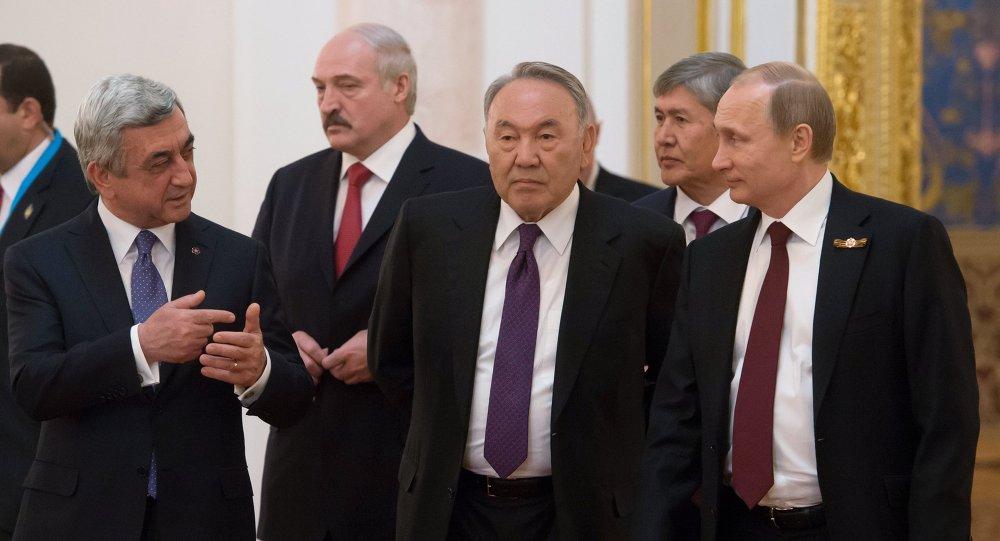 Líderes de los paises de UUE: Almazbek Atambáev, Alexandr Lukashenko, Nursultán Nazarbáev, Serzh Sargsián y Vladímir Putin