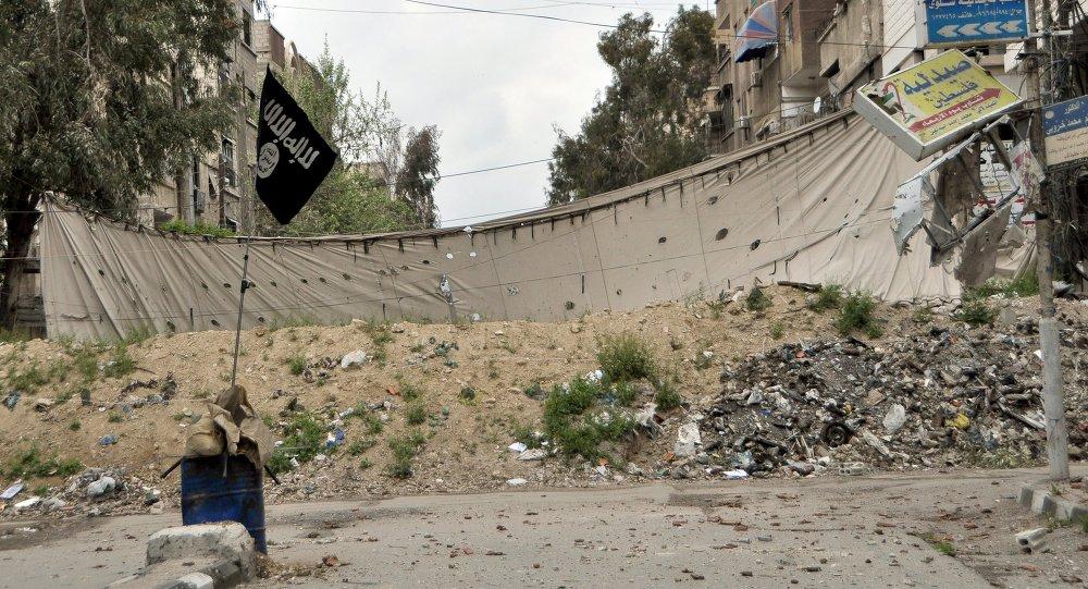 Bandera del Estado Islámico en el campo de refugiados de Yarmuk (Archivo)