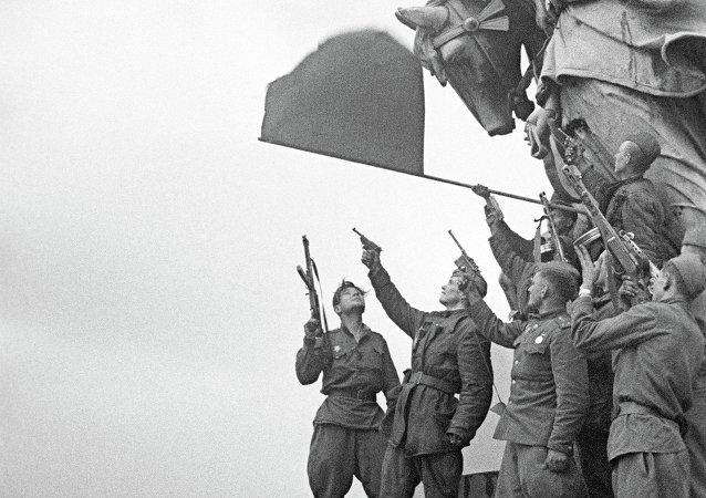 Guerreros soviéticos en el tejado del Reichstag
