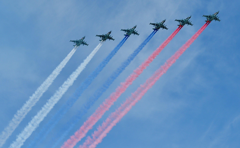 Aviones de combate Su-25 dibujan la bandera de Rusia al sobrevolar la Plaza Roja durante el Desfile de la Victoria