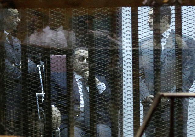 Hosni Mubarak, y sus dos hijos Gamal y Alaa