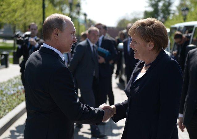 Presidente de Rusia, Vladímir Putin, y canciller de Alemania, Angela Merkel, en Moscú
