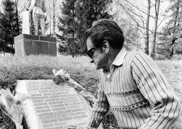 Jorge Vivó sobre la tumba de su hermano Aldo (archivo)
