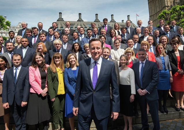 Primer ministro de Reino Unido, David Cameron, posa en una foto de familia con los miembros del Partido Conservador. 11 de mayo de 2015