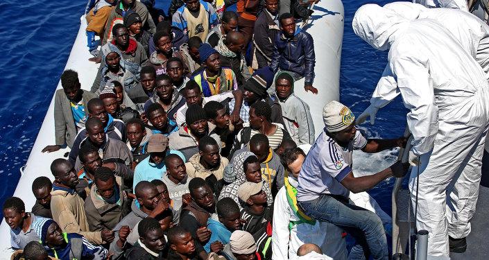 Inmigrantes ilegales en el mar Mediterráneo