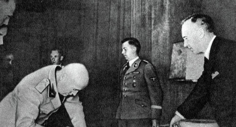 Joachim von Ribbentrop (a la derecha, archivo)