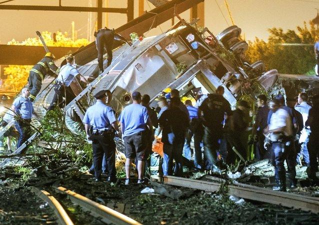 Labores de rescate en el lugar de accidente de un tren en Filadelfia