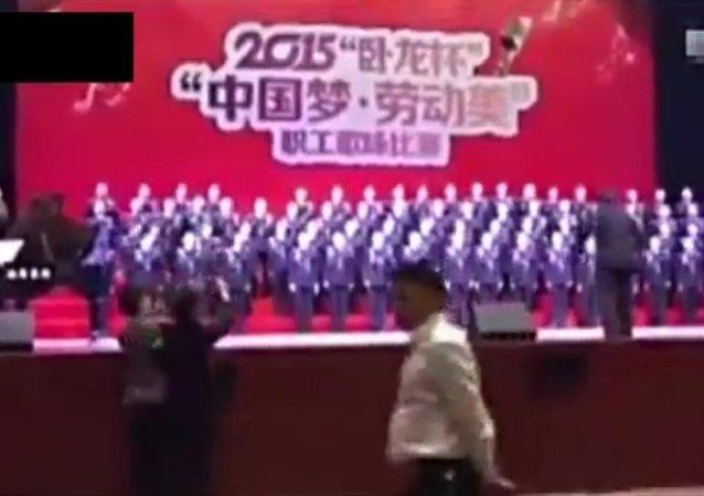 Un escenario se hunde con un coro en China