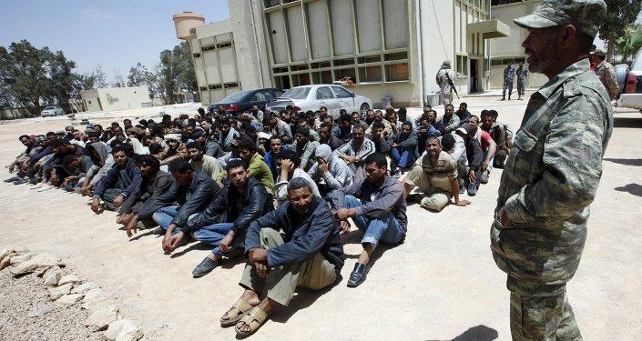 Migrantes egipcios en un centro de inmigración