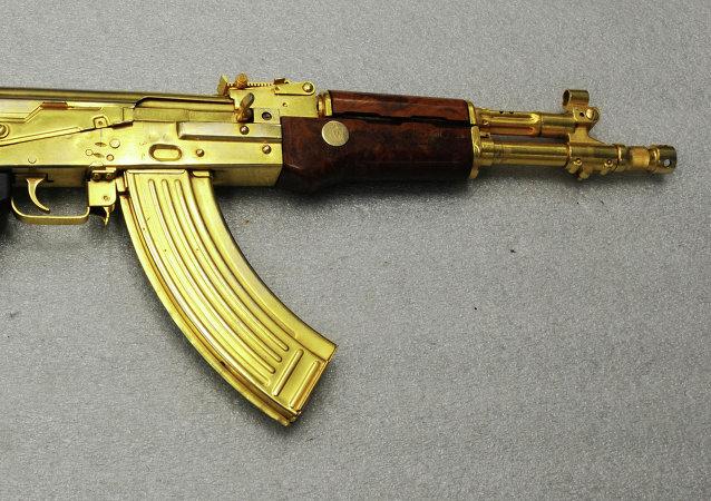 Un Kalashnikov de oro (Archivo)