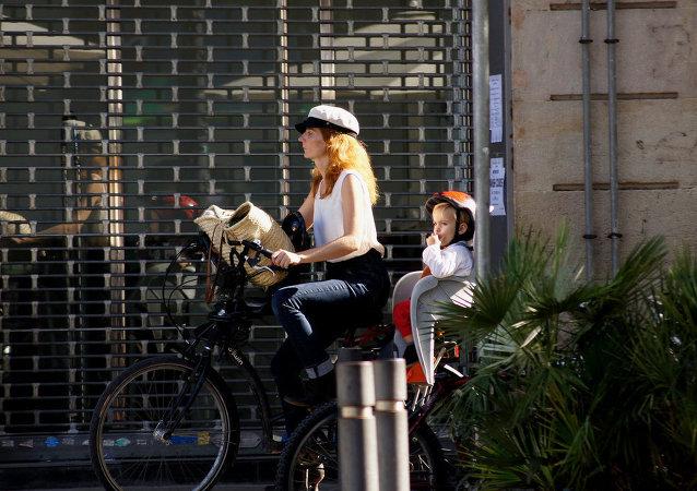Una mujer española con un niño
