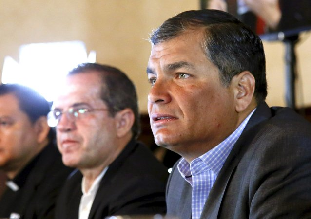 Rafael Correa, presidente de Ecuador (a la derecha)