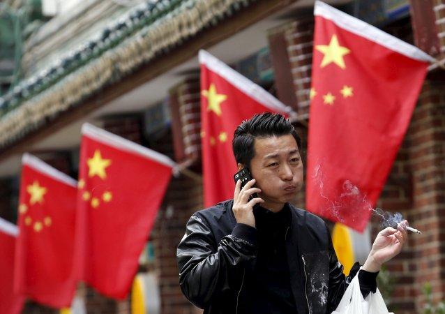 Fumador al lado de un restaurante en Pekín, China, el 11 de mayo, 2015