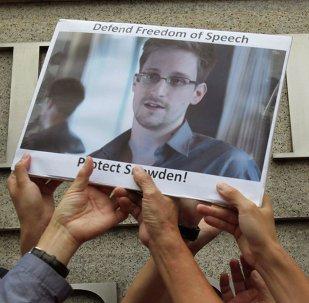 Protestantes con la foto de Edward Snowden, exagente de NSA, durante la manifestación al lado del Consulado de EEUU en Hong Kong (Archivo)