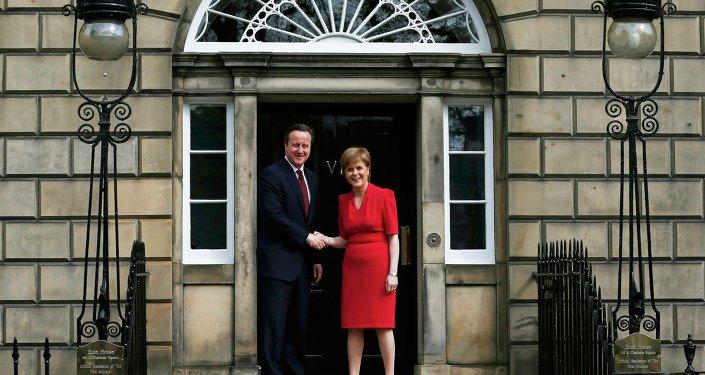 David Cameron, primer ministro de Reino Unido, y primera ministra de Escocia, Nicola Sturgeon