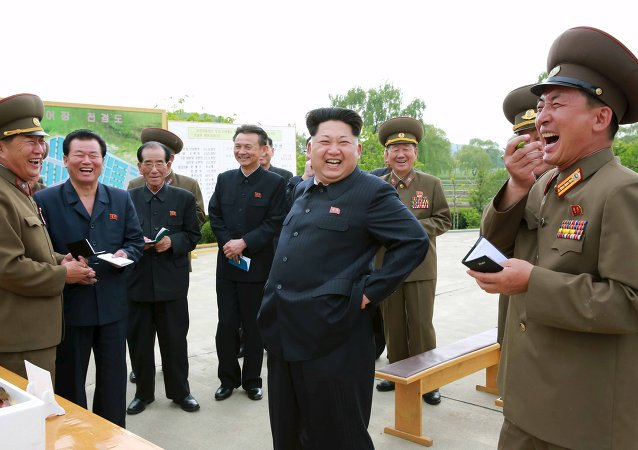 Kim Jong-un, líder de Corea del Norte (centro)