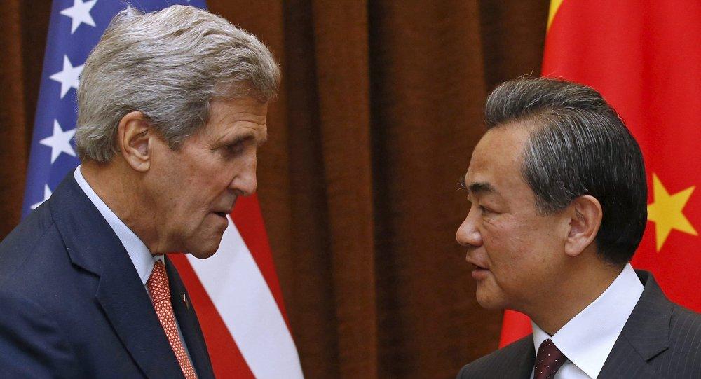 Secretario de Estado de EEUU, John Kerry y ministro de Relaciones Exteriores de China, Wang Yi
