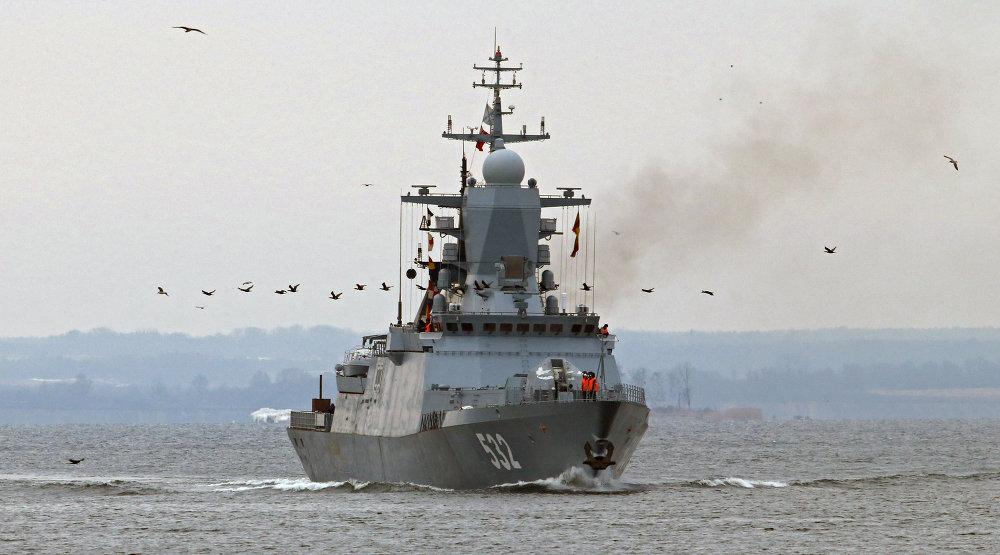 La corbeta portamisiles 'Boykiy' en el canal marítimo de Kaliningrado.