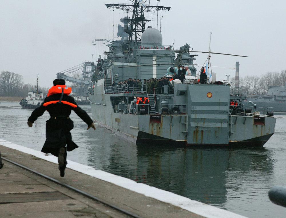 El buque de patrulla 'Neustrashímiy' atraca en el puerto de Baltisk, tras participar en una operación contra piratas en Adén, Somalia