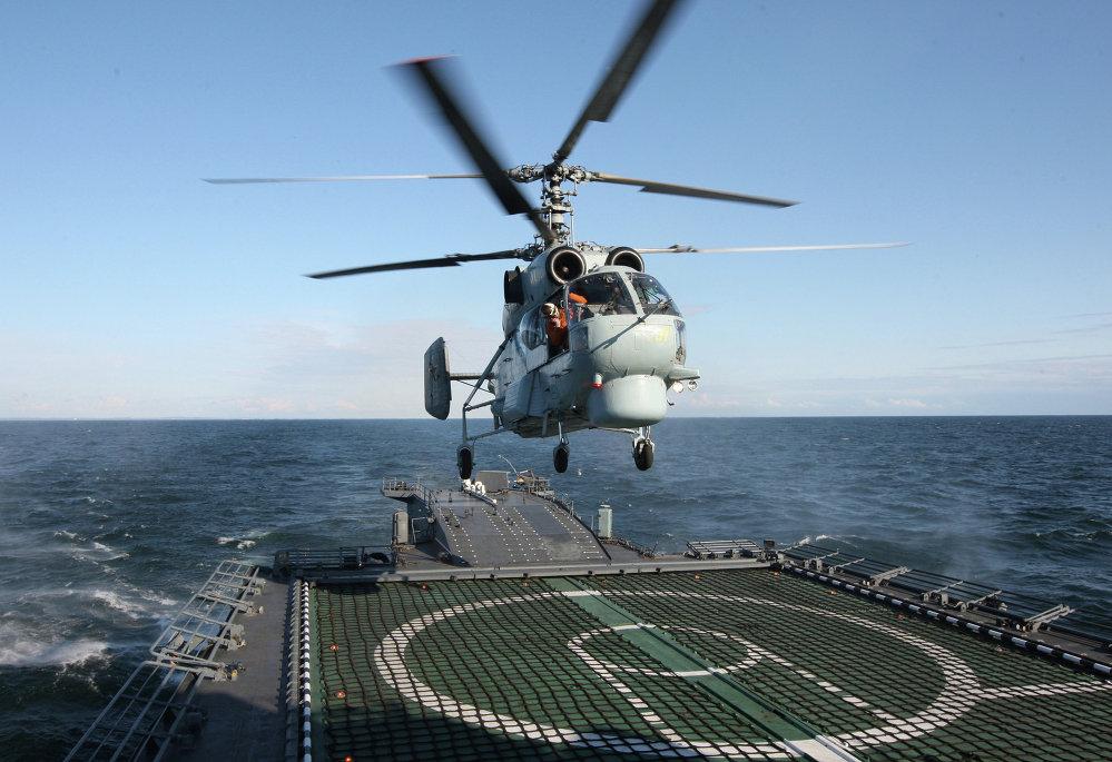 El helicóptero antisubmarinos 'Kа-27 PL' alza el vuelo desde el buque 'Yaroslav Mudriy' durante las maniobras en el Mar Báltico.