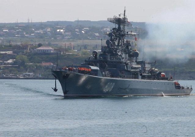 El buque ruso Pitlivi zarpa de Sebastopol rumbo al Mediterráneo