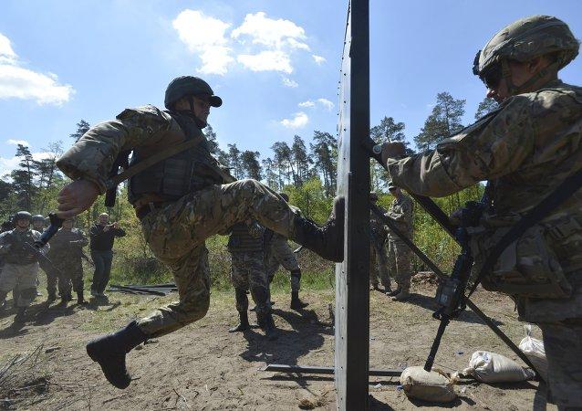 Militar del Ejército de EEUU entrena a soldados ucranianos durante los ejercicios militares conjuntos (archivo)