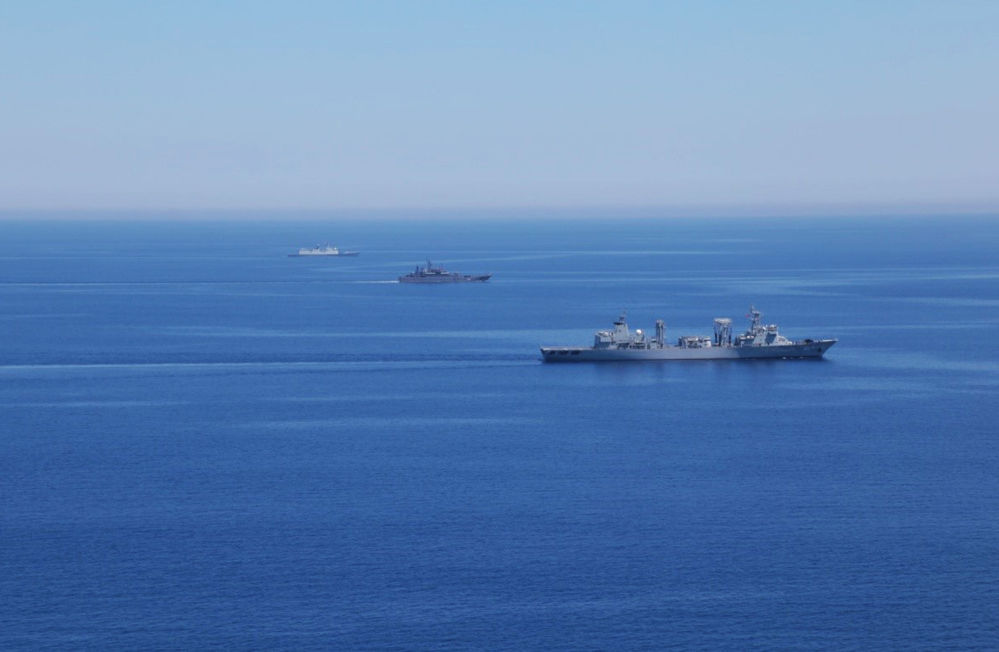 El buque de desembarco Alexandr Otrakovski (en el primer plano)