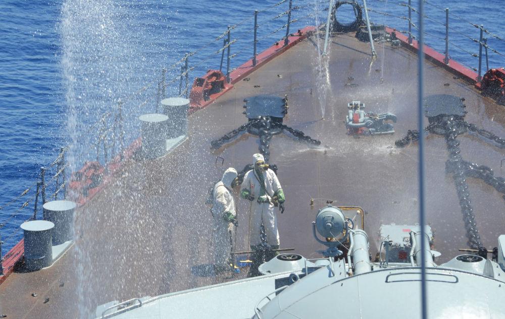 Los militares se ejercitan en la defensa contra armas químicas en el crucero Moskva