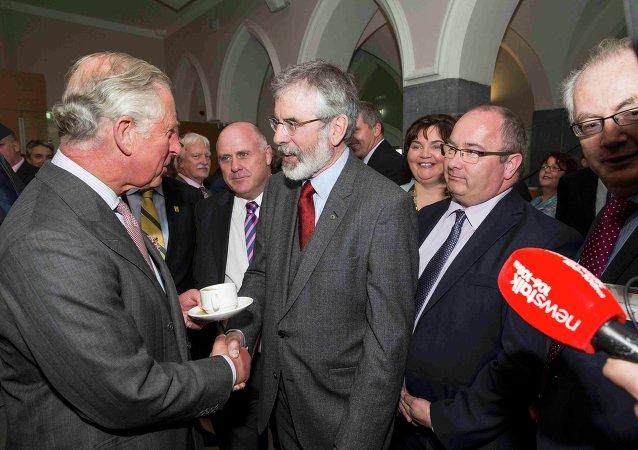 El príncipe Carlos de Inglaterra estrecha la mano del republicano irlandés Gerry Adams