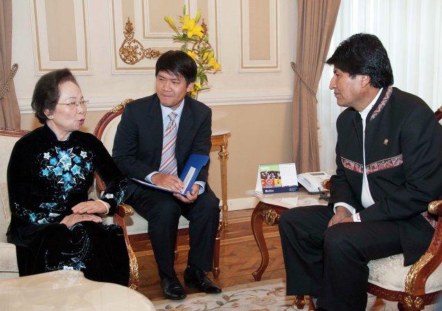 El presidente Evo Morales en reunión con la vicepresidenta de la República de Vietnam Nguyen Thi Doan, en Palacio de Gobierno