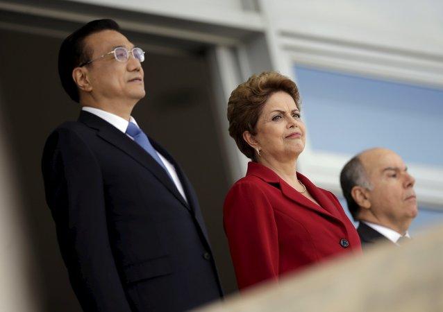 Li Keqiang, primer ministro de China, y Dilma Rousseff, presidenta de Brasil