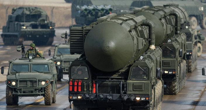 Una lanzadera de misiles Tópol-M durante el ensayo del desfile militar del 9 de mayo de 2015 en la Plaza Roja de Moscú