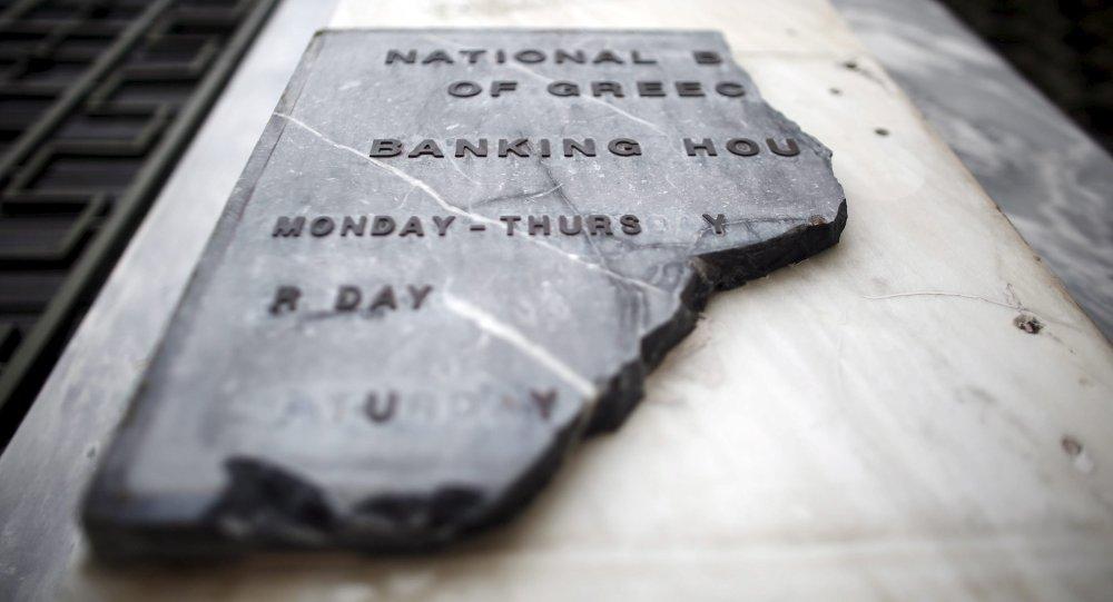 Un letrero roto del Banco Nacional de Grecia