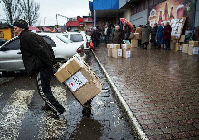 Los habitantes de Debaltseve reciben ayuda humanitaria desde CICR