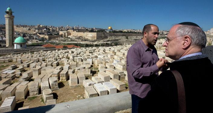 Aryeh King, activista israelí (izda,)