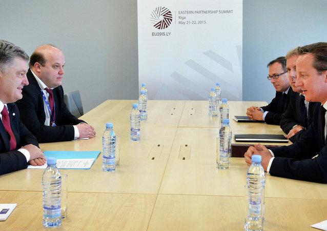 Presidente de Ucrania, Petró Poroshenko y primer ministro de Reino Unido, David Cameron