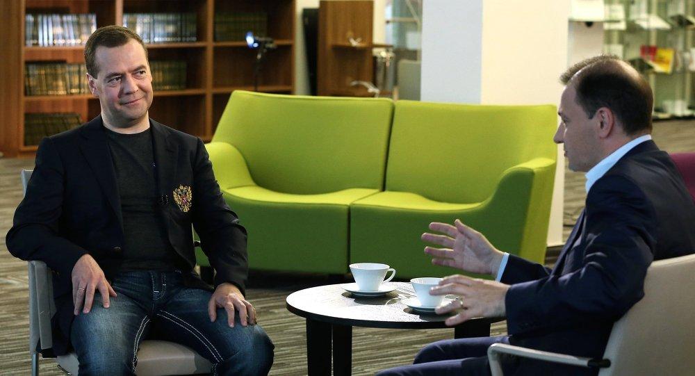 Dmitri Medvédev (izda.), primer ministro de Rusia, durante una entrevista a la cadena Rossiya 1