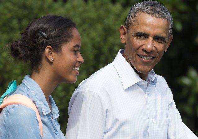 Malia, hija mayor de presidente de EEUU Barack Obama, con su padre durante las vacaciones en Martha's Vineyard en agosto 2014
